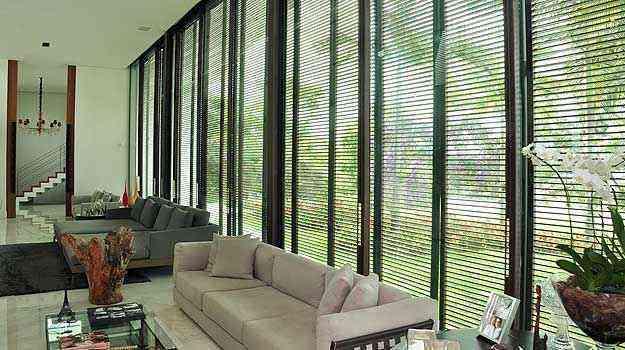 Controle correto da entrada natural de luz e ar ajuda a garantir conforto térmico em vários ambientes e facilita o uso de vegetação  - Eduardo de Almeida/RA studio