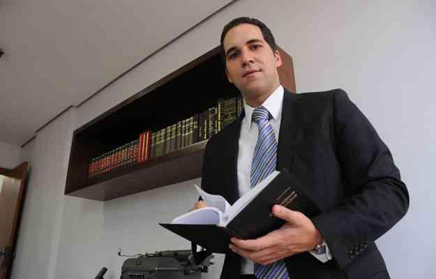 Advogado Roberto Cardoso explica que nos contratos de compra e venda é comum determinar o prazo de tolerância para entrega ou atraso injustificado - Beto Novaes / EM / D.A. Press