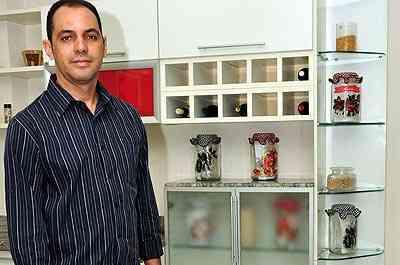 Para Tomaz Andrade, sócio-proprietário da Art Plan, racks, camas e armários para quartos estão entre as peças mais procuradas atualmente pelos consumidores - Eduardo Almeida/RA Studio