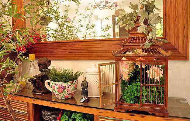 Charme das peças está na possibilidade de criar composições livres conforme o acabamento escolhido. Inclusão de plantas, bibelôs e luminárias ajuda na decoração - Eduardo Almeida/RA Studio