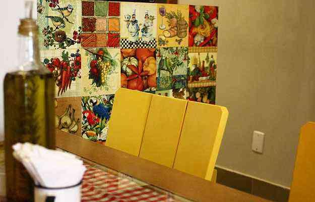 Proposta do arquiteto Daniel de Oliveira tem detalhe de ladrilho hidráulico no chão, cadeira amarela e parede feita de guardanapos - Daniel de Oliveira/Divulgação