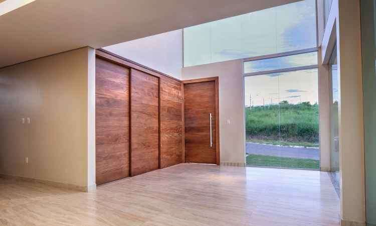 As portas de madeira trazem sensação de aconchego e aquecem o ambiente - Diego Rocha/Divulgação