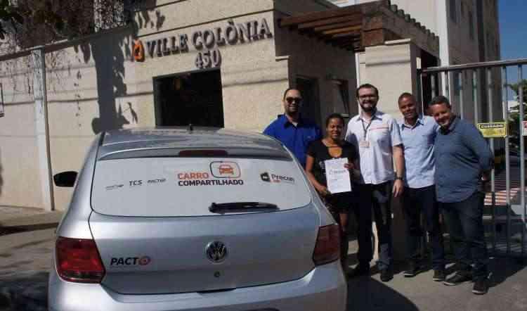 Ricardo William, gerente de P&D da Precon, com a equipe da SmartFleet e moradores do Ville Colônia na entrega do carro - Precon/Divulgação