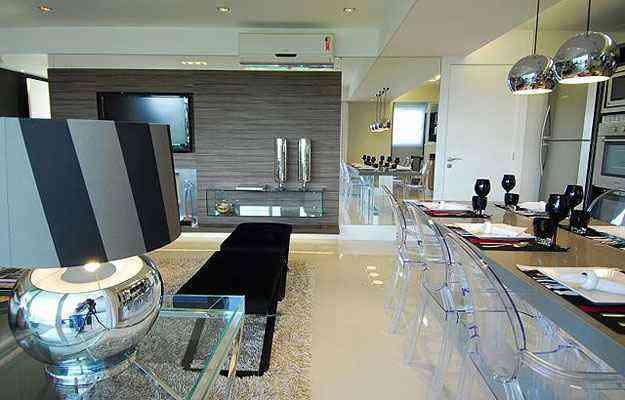 Sala de estar da arquiteta Rosana Helena mistura móveis transparentes feitos de materiais diferentes, como acrílico, espelho e vidro - André Cavalheiro/Divulgação