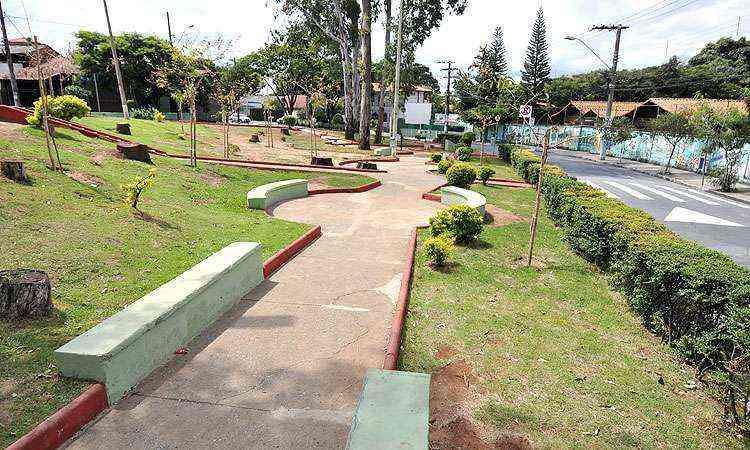 Praças bem cuidadas, como a Manoel dos Reis Filho, confirmam o ar interiorano que o bairro tem - Juarez Rodrigues/EM/D.A Press