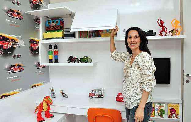 A designer de interiores Iara Santos diz que projetos de decoração devem prever espaços para acomodar brinquedos, livros e roupas de forma simples e garantir o livre acesso das crianças - Eduardo Almeida/RA Studio