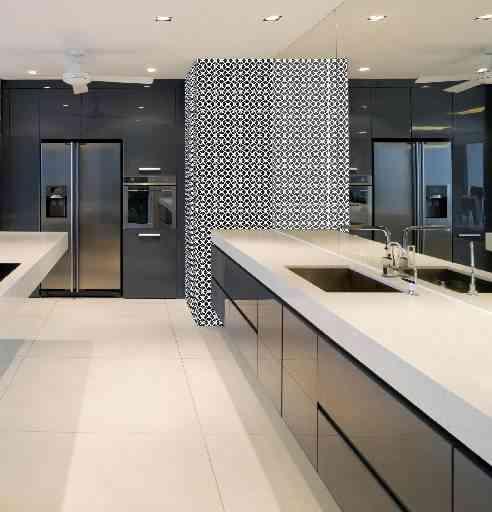 No projeto de Denise Delalamo para a cozinha, o preto dá um toque de sofisticação - Denise Delalamo/Divulgação