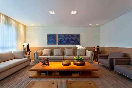 Uma das sugestões de Renata Basques, é aplicar na parede o mesmo tipo de madeira que aparece em móveis do ambiente - Gustavo Xavier/Divulgação