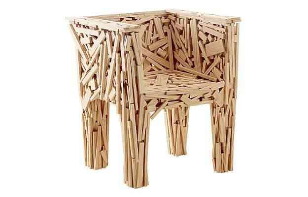 Cadeira 'Favela', concebida em 1991 a partir de lascas de compensado sarrafeado - Fernando Laszlo/Divulgação