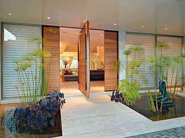Entrada: Tem espelho d'água e paisagismo de Luiz Carlos Orsini, além de escultura de Sônia Ebling que parece flutuar - Jomar Bragança/Divulgação