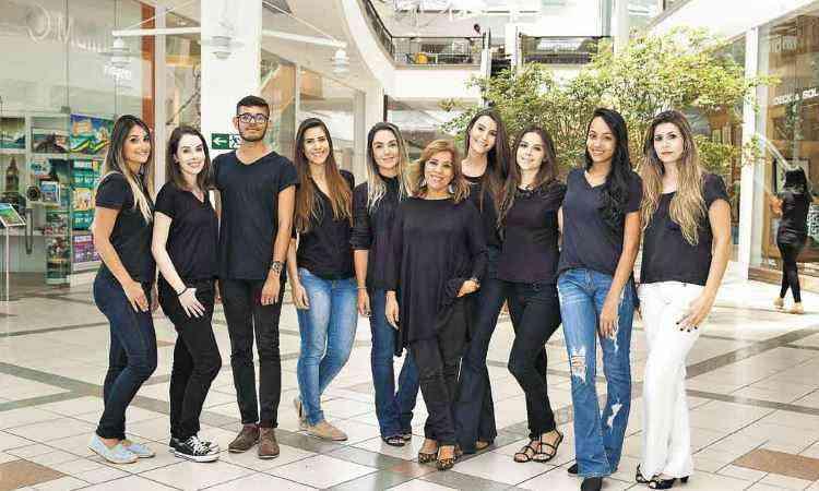 Professora Rosângela Brandão com os alunos da Fumec que desenvolveram o projeto no Ponteio Lar Shopping chamado Meu Apartamento - Henrique Queiroga/Divulgação