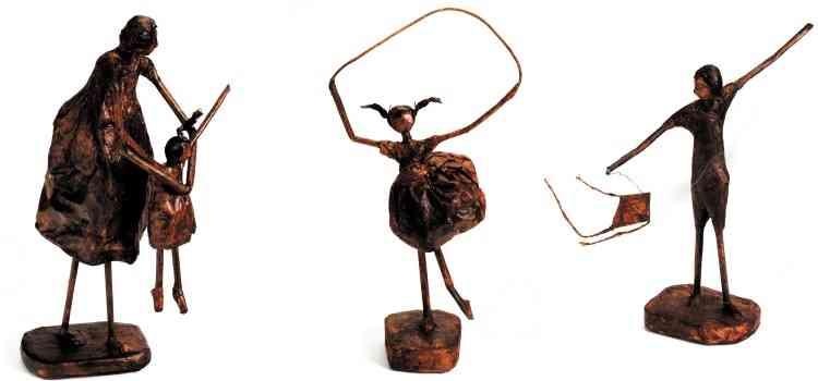 Alice Mascarenhas explora jornal, saquinho de pão e saco de cimento para criar esculturas em técnica de papietagem que retratam as emoções vividas no cotidiano, em família, entre amigos  - Arquivo Pessoal