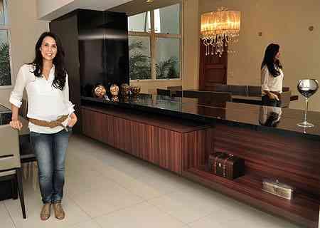 A designer de interiores Iara Santos diz que o móvel deve estar em harmonia com o estilo dos outros objetos de decoração  - Eduardo Almeida/RA Studio