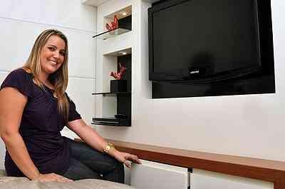 Para a arquiteta Giselle Madeira, móveis para eletrônicos e outros itens possibilitam aproveitar os mínimos espaços da casa - Eduardo Almeida/RA Studio