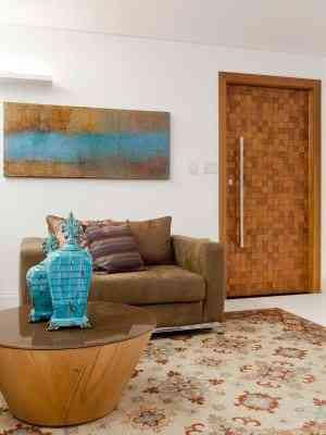 Na sala de estar, a designer Rosane Guedes usou madeira e peças com nuances em azul, uma forte tendência para o próximo ano - Rafael Carrieri/Divulgação