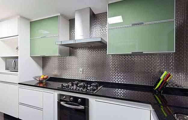 A designer de interiores Fabiana Visacro usou película branca e verde nos vidros dos armários  - Henrique Queiroga/Divulgação