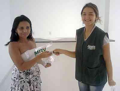 A cabeleireira Delma Mota comemora a entrega do seu apartamento com dois meses de antecedência - MRV/Divulgação