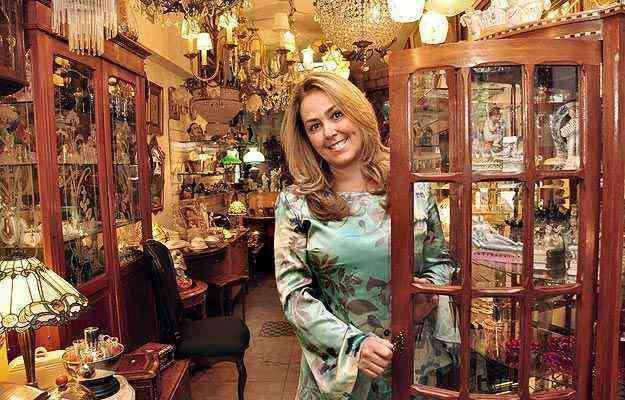 A designer de interiores Soraya Falcão diz que é preciso saber diferenciar locais que vendem ítens antigos e usados de outros que trabalham com obras de arte e peças exclusivas - Eduardo Almeida/RA Studio