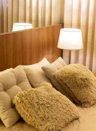 Apostar em adornos como almofadas e camurça o peludinhos no quarto é boa pedida - Ricam/Divulgação