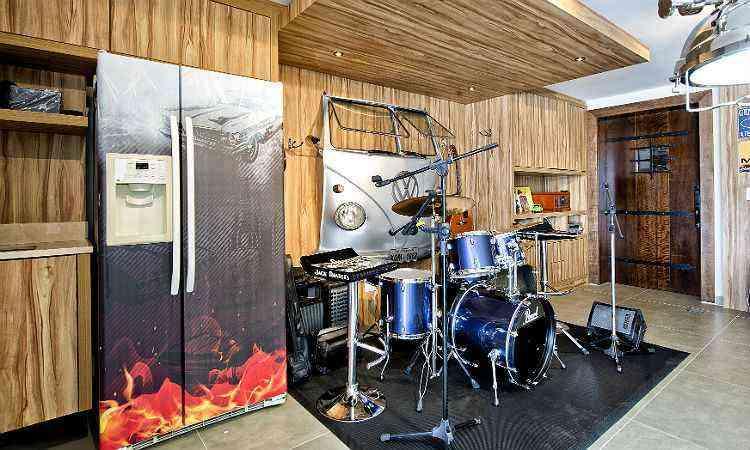O palco é composto por uma Kombi retro na parede que retrata bem o gosto por carros antigos do dono, além de aliar com a preferência de instrumentos musicais de toda a família - Studio Gisele Busmayer/divulgação