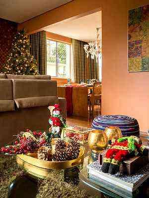 Designer Melina Mundim sugere usar uma bandeja dourada ou de madeira como suporte para enfeites natalinos  - Rodrigo Tozzi/Divulgação