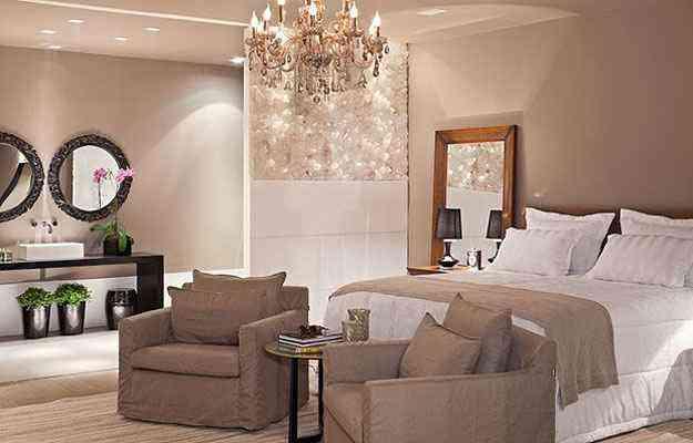 No quarto do casal, ao lado da cama, uma parte da parede foi revestida por cristais que conferem brilho ao ambiente criado pelas arquitetas Laura Raquel e Anelise Melo - Haruo Mikami/Divulgação