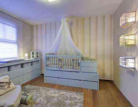 No Quarto do Bebê, projeto de Élian Pérsia e Gabriela Hoepers para a Morar Mais por Menos, encerrada em setembro em BH, as gaiolas foram usadas como luminárias - Gustavo Xavier/Divulgação