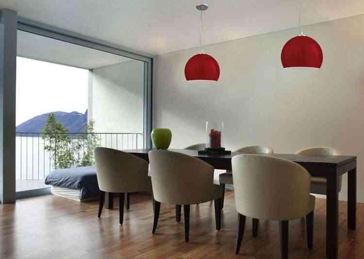 Pendente vermelho compõe a sala de estar com cadeiras brancas - Pantoja&Carmona/Divulgação