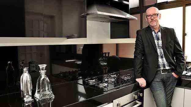 O decorador Alberto Radespiel diz que redução das cozinhas teve influência na mudança de hábito das famílias nos últimos anos - Eduardo de Almeida/RA studio