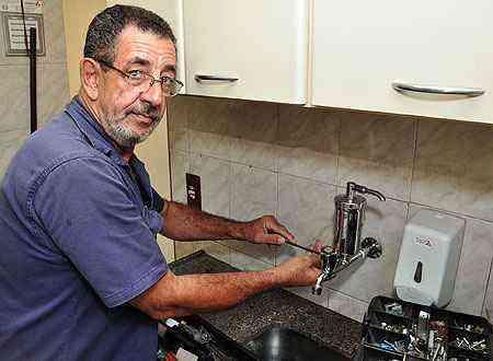 Carlos Novaes aprendeu a fazer consertos na rede hidráulica e outros tipos de serviço com o pai - Eduardo de Almeida/RA Studio