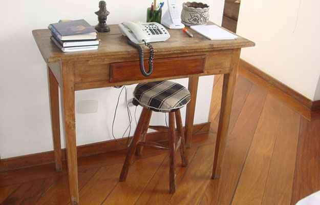 A arquiteta Valéria Alves aproveitou uma mesa velha, lixada e envernizada. O banco recebeu estofamento com almofada de tecido xadrez  - Arquivo Pessoal/Divulgação