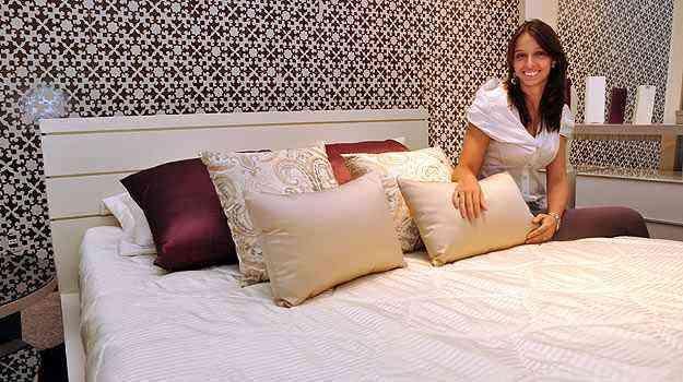 A arquiteta Raquel Nogueira diz que modelos com cabeceira dão maior comodidade para quem lê na cama - Eduardo Almeida/RA Studio