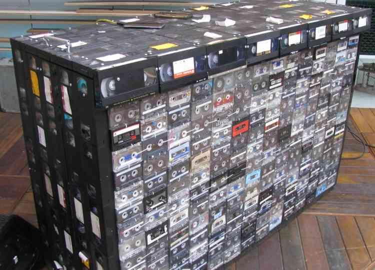 No Palco do adro bar, salta aos olhos a mesa do DJ, toda fabricada com fitas VHS e cassete - Joana Gontijo/EM/D.A Press