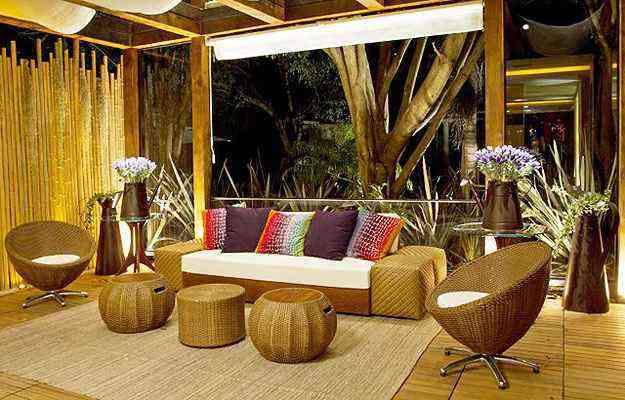 Revestimentos nativos, parede de bambus e os móveis treliçados dão um toque rústico ao ambiente com identidade brasileira  - Haruo Mikami/Divulgação