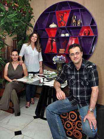 Bárbara Campos, Tatiana Valadares e Paulo Leal, na Varanda Maneira Mineira, na Morar Mais por Menos: cores fortes embelezam o ambiente - Eduardo de Almeida/RA Studio