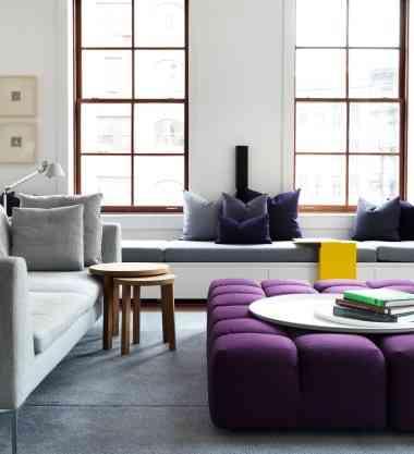 Neste projeto da Saint Gobain, destaque para o móvel violeta, que tanto pode ser uma mesa de centro como um pufe e na cor do ano recebe toda a atenção - Saint Gobain/Divulgação