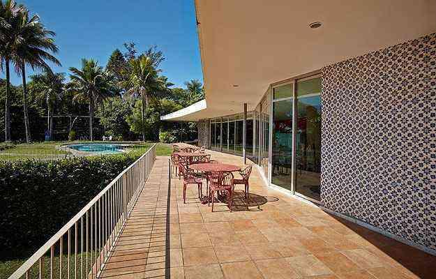 A parede de entrada tem azulejos brancos e azuis originalmente projetada como pano de vidro - Jomar Bragança/Divulgação