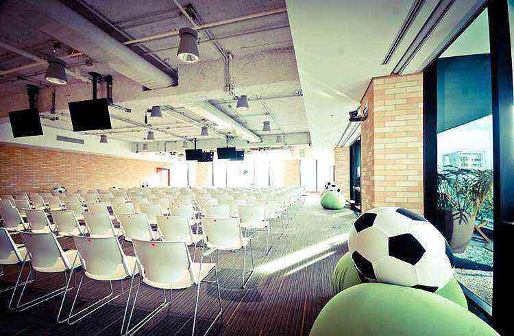 Sala de conferências Maracanã: paixão nacional marca presença no escritório - Google/Divulgação