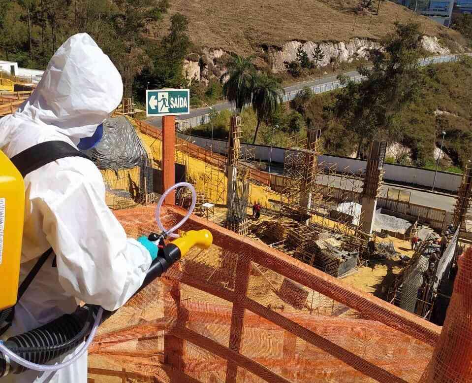 O procedimento de desinfecção, feito na Katz Construções, tem sido realizado nos canteiros de obras e também nos escritórios - Katz Construções/Divulgação