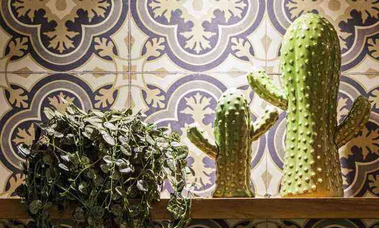 No projeto de Bruno Viana e Ivana Seabra, o cacto de cerâmica traz despojamento e leveza ao ambiente - Henrique Queiroga/Divulgação
