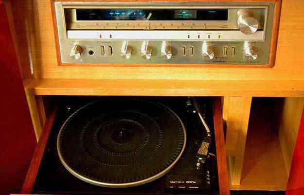 Vitrolas foram atualizadas e incluem equipamentos modernos que permitem reproduzir MP3, CD e DVD, e também curtir os antigos LPs  - Divulgação/Alberto Mizuki