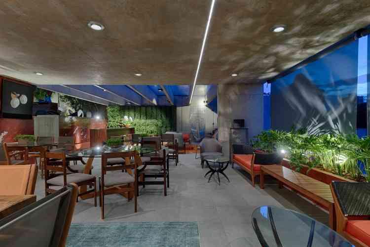 Flávia Roscoe - O restaurante tem quatro ambientes: bar, mesa de degustação, estar e mesas ao ar livre. Em tons terra de minério, o espaço traz muita vegetação e aconchego - Gustavo Xavier/Divulgação