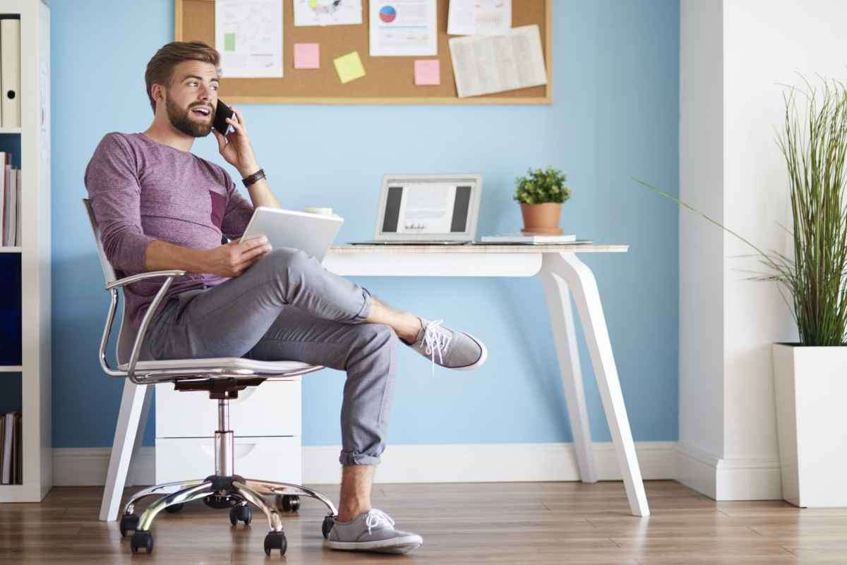 Mesa e cadeira para home office - Freepik