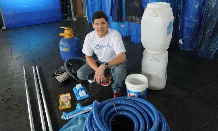 Nelson Raia, diretor da Raia 1 Piscinas, explica que nada substitui a necessidade de clorar a água - Jair Amaral/EM/D.A Press