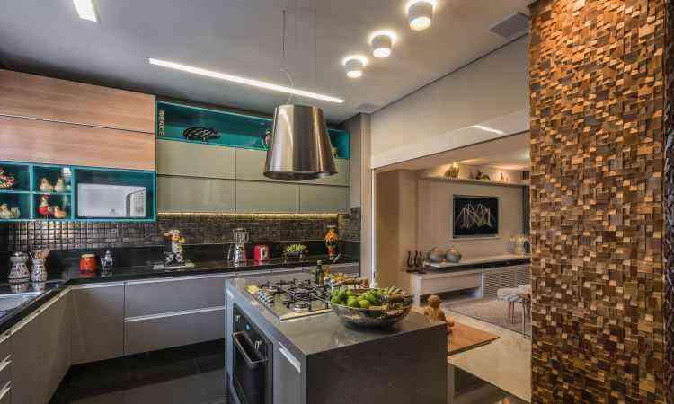 Projeto da designer de interiores Iara Santos harmoniza a cozinha com o restante do apartamento - Daniel Mansur/Divulgação