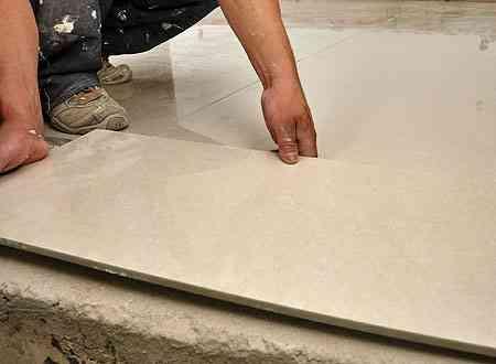 Antes de assentar o piso, uma dica dos profissionais é lavar a base da peça para facilitar a adesão à argamassa - Eduardo de Almeida/RA Studio