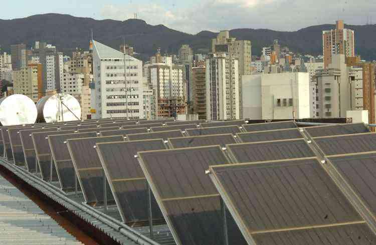 Painel fotovoltaico ligado à rede elétrica pode reduzir o consumo de eletricidade de 50% a 60%, mas só vale a pena para residências que gastam, pelo menos, 300kW/h por mês - Beto Novaes/EM/D.A Press - 14/05/2008