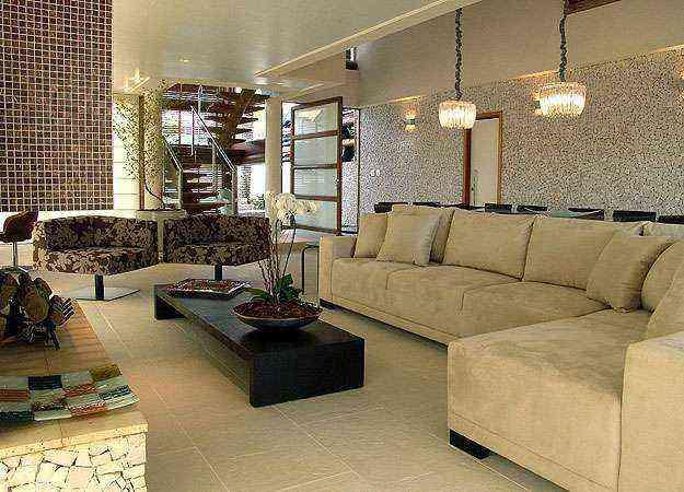 Revestimento fica bem em vários tipos de ambientes internos, como salas de estar, cozinhas e espaços de convivência. Instalação, porém, exige mão de obra qualificada. Na foto, projeto da arquiteta Flávia Ralston - Martin Szmick/Divulgação