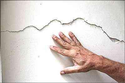 Técnicos dizem que pequenos sinais de rachaduras ou irregularidades em muros e paredes devem ser corrigidos com urgência - Gladyston Rodrigues/Ao Cubo Filmes