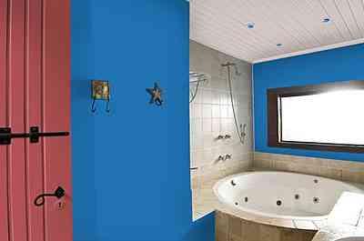 No banheiro, lápis lazuli e rosa vermelha mostram que o contraste alegra o ambiente - Divulgação